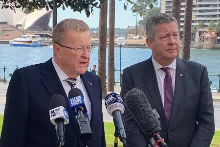 8日、オーストラリア・シドニーで記者団の取材に応じるIOCのコーツ調整委員長(左)(ロイター=共同)