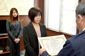感謝状を贈られる筒井美香さん(中央)と梨菜さん(左)=綾部市宮代町・綾部署