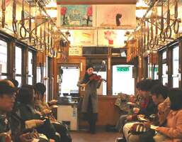 キミマツサクラ号の発車前には、バイオリニストの田久保友妃さんが「花は咲く」など披露した