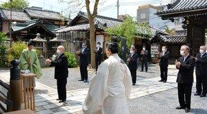 玉串をささげて拝礼する氏子総代ら(中京区・下御霊神社)
