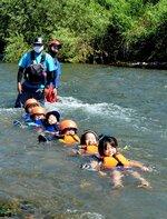 桂川での川流れ体験にはしゃぐ子どもたち(京都府亀岡市千代川町)