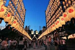 宵闇に提灯の光が浮かぶ中、境内を行き交う参拝者たち(3日午後7時10分、滋賀県多賀町・多賀大社)