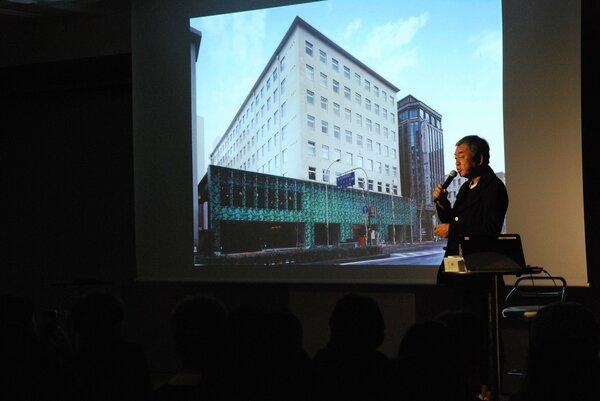 COCON烏丸の外観写真を紹介し、思い出を語る隈研吾さん(京都市下京区・京都経済センター)