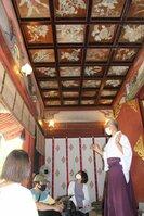 特別公開されている四季折々の花が描かれた「花の天井」(京都市右京区・平岡八幡宮)