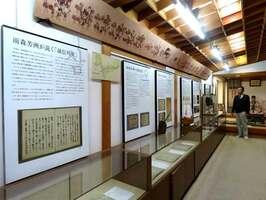 パネル展示や関係資料の複製品が並ぶ展示室(長浜市高月町雨森・雨森芳洲庵)