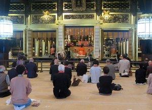西本願寺で始まった春の法要で、距離を開けて参拝する門信徒(京都市下京区)