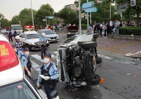 事故で横転した乗用車(21日午後6時56分、京都市左京区・川端通二条交差点)