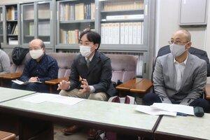 京都市が団体交渉に応じないのは不当労働行為に当たると主張する全国福祉保育労働組合京都地方本部のメンバー(京都市中京区・市役所)