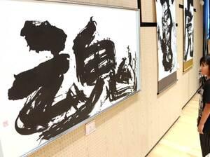 力強い作風の書が並ぶ連山さんの個展(滋賀県守山市立図書館)