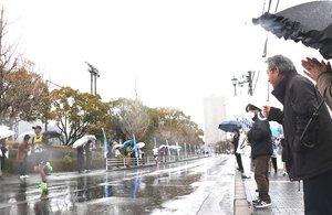 びわ湖毎日マラソンで沿道から声援を送る市民ら(3月8日、大津市内)