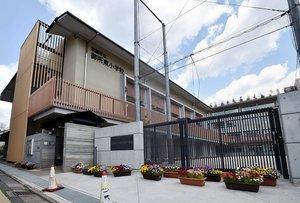 休校で門が閉じられた小学校(28日午前、京都市上京区・御所東小)