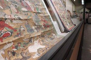 さまざまな動物や鳥、昆虫など描かれた仏涅槃図(亀岡市古世町・市文化資料館)