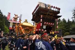 曳山から奏でられる祭囃子に見送られて渡御する神輿(日野町・馬見岡綿向神社)