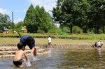 「ジャブジャブ池」で水遊びを楽しむ親子連れ(京都府京丹波町曽根・府立丹波自然運動公園)