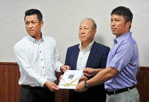 県高野連の青山会長(中央)に目録を手渡す、村西さん(左)と中西さん(右)=13日、彦根東高