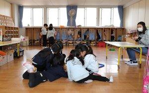 換気のために窓が開けられた教室で思い思いに遊ぶ園児(5日、京都市下京区・アソカ幼稚園)