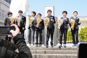 卒業式を終え、同級生と記念写真を撮る山木君(右から3人目)=京都府長岡京市