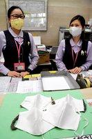 地元の住民から贈られたマスクを着用して事務作業にあたる明治国際医療大の職員(南丹市日吉町)