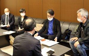 ミニシアターへの支援を求める映画監督の諏訪敦彦さん(右から2人目)や白石和彌さん(左端)ら=東京都千代田区・文化庁