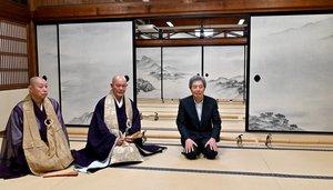 細川さん(中央)が描いて奉納した「瀟湘八景」のふすま絵=2021年6月5日、京都市東山区・建仁寺大書院