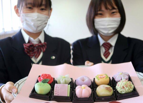 源氏物語の登場人物をイメージした和菓子を持つ嵯峨野高の生徒(京都市右京区・嵯峨野高)