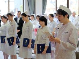 卒業生代表として謝辞を述べる久山善弘さん(右)=近江八幡市江頭町・市立看護専門学校