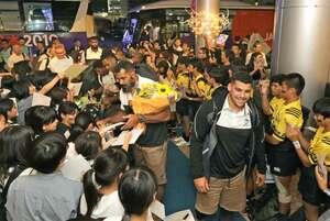 子どもたちから熱烈な歓迎を受けるラグビーのフィジー代表の選手(26日午後7時25分、大津市内のホテル)