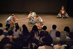 客席の間近にある舞台で、狂言「三本柱」が演じられた小劇場E9のこけら落とし(京都市南区)