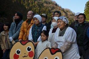 がんばろう会の会員やボランティアとの記念撮影に応じる古屋の住民たち(綾部市睦寄町・古屋集落)