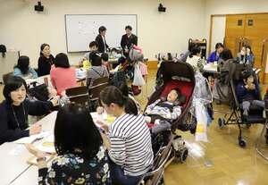 医療的ケアが必要な子を育てる保護者らが悩みや疑問を語り合ったキックの交流会(3月10日、京都市左京区・市障害者スポーツセンター)