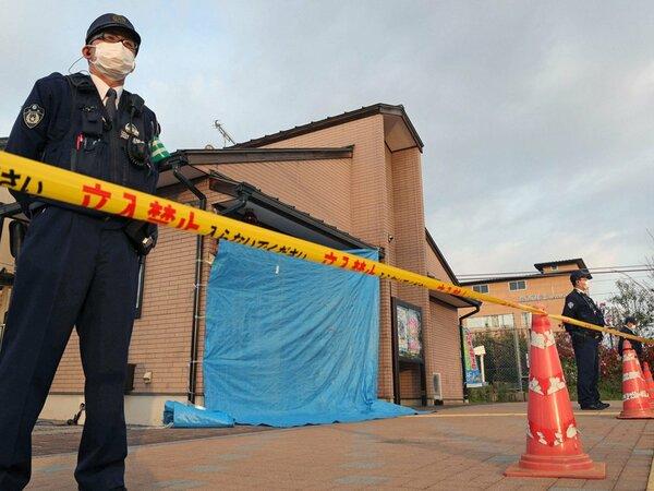 射殺事件から一夜明けた滋賀県警の河瀬駅前交番前(2018年4月12日、彦根市)