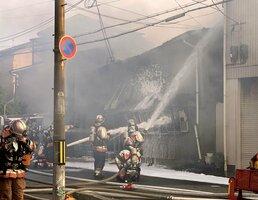 煙をあげて燃える建物(19日午後5時53分、京都市南区吉祥院)