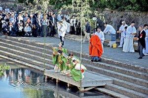 昨年の石清水祭の放生行事で魚を川に放つ子どもら。今年は大幅に内容を変更する(2019年9月15日、八幡市八幡)