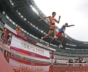 男子3000メートル障害予選 水濠を越える三浦龍司(手前)。自らの日本記録を更新する8分9秒92で1組2着となり、決勝進出を決めた=国立競技場(魚眼レンズ使用)