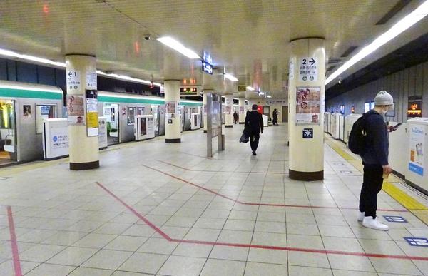 閑散とする市営地下鉄京都駅のホーム(4月24日、京都市下京区)