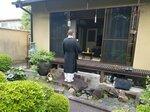 庭先で位はいに向かって読経する菅原さん。家に入らないことで感染リスクは下げられると考える(菅原さん提供)