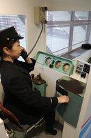 アクセルやブレーキを操作できる運転士の体験コーナー(東近江市八日市浜野町・近江鉄道八日市駅)