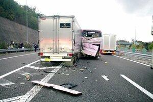 高速バスの左後部に衝突したトラック(滋賀県警提供)