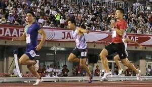 男子100メートル準決勝 2着で決勝進出を決めた桐生(右端)。左端は1着の小池。中央は3着の飯塚=福岡市・博多の森陸上競技場
