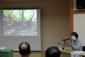 シカの食害で下草が消失した芦生の森の現状を説明する京都大芦生研究林の石原准教授(京都府南丹市美山町・京都丹波高原国定公園ビジターセンター)