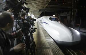 米原―京都間で走行試験をするため、JR米原駅に入線する東海道新幹線の新型車両「N700S」=6月