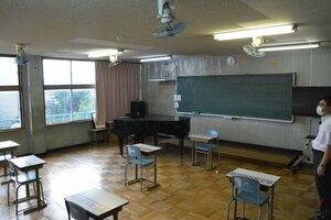 教室の天井に扇風機を設置し、暑さをしのいできた(京都市右京区・京都朝鮮第二初級学校)