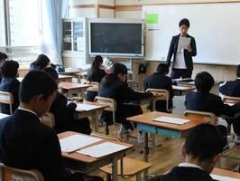 問題用紙が配られ、教員からテストを受ける際の注意を聞く6年生(京都市伏見区・向島秀連小中)
