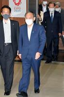 自民党の臨時役員会に臨む菅首相と二階幹事長(奥)ら=3日午前、東京・永田町