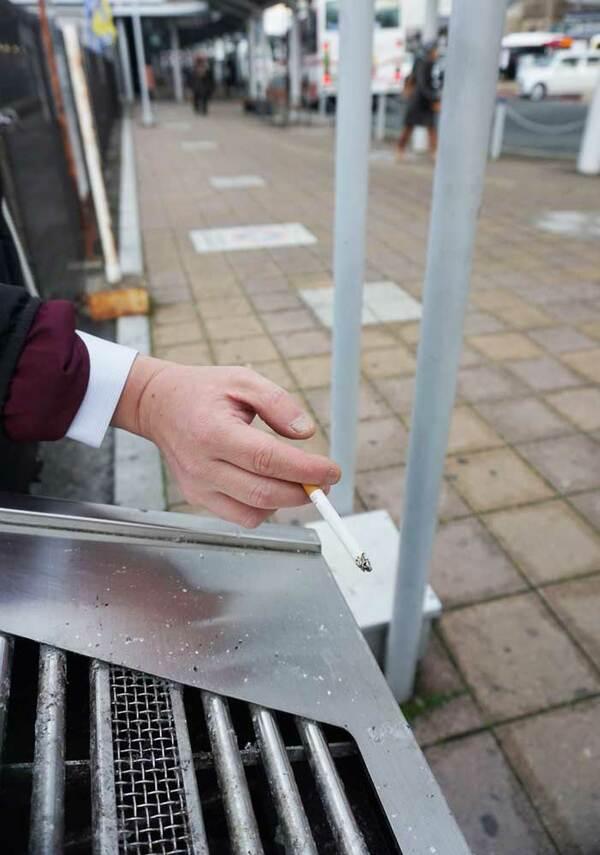 JR亀岡駅前にある喫煙スペース。現在は灰皿が1個置いてあるだけだが。市は400万円かけて屋根付きガラス張りの喫煙所を新たに整備する(亀岡市追分町)