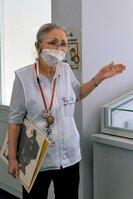 舞鶴引揚記念館の来館者に、自身の経験も交えて引き揚げについて語り掛ける樟さん(京都府舞鶴市平)
