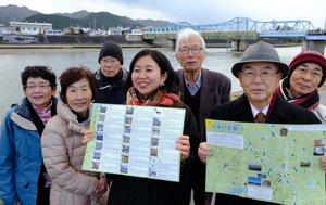完成した絵地図を広げる八木町市民フォーラムの会のメンバーたち(京都府南丹市八木町)