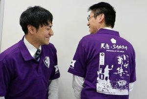 背中に明智光秀や新スタジアムを、左胸に京都サンガFCのエンブレムをあしらった紫色の応援シャツ