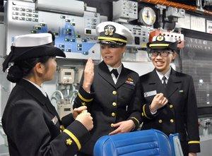 艦橋の設備について、米軍人(中央)と英語で話し合う隊員ら=京都府舞鶴市北吸
