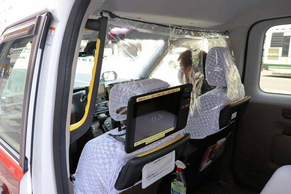 後部座席との間に装備された感染防止のためのシート(京都市下京区)